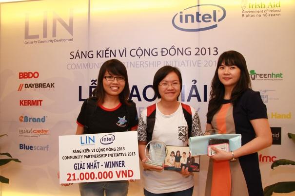 Thành viên nhóm Happier chụp hình cùng đại diện công ty Intel tại Lễ trao giải ngày 13-9.